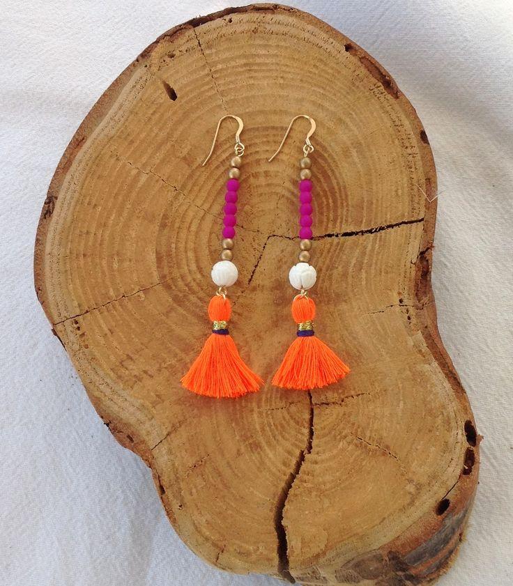 Boucles d'oreille Boheme à Pompons - Perles Fuchsia et dorées et pompon Orange - Bijoux Hippie Chic : Boucles d'oreille par les-bijoux-de-pomponette
