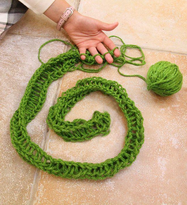 Finger Knit - Tutorial /;): Fingerknit, Knits Scarves, Crochet Kids Cans Do, Fingers Knits, Kids Cakes, Finger Knitting, Teaching Kids, Scarfs, Thicker Yarns