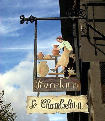 LE CHAMBERLAIN PORCELAIN SHOP (pottery) in Paris, France.   ASPEN CREEK TRAVEL - karen@aspencreektravel.com Alejandro: Rotulo de una tienda artesanal de tornos y jarrones hechos de barro a mano.