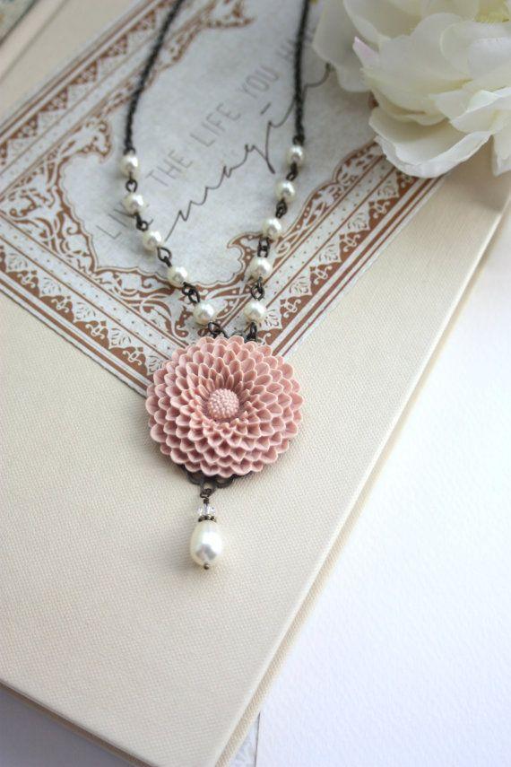 Crisantemo rosa Peachy rosa polveroso grande fiore, collana di perle avorio. Damigella d'onore. Regalo di nozze gioielli damigella d'onore. ...