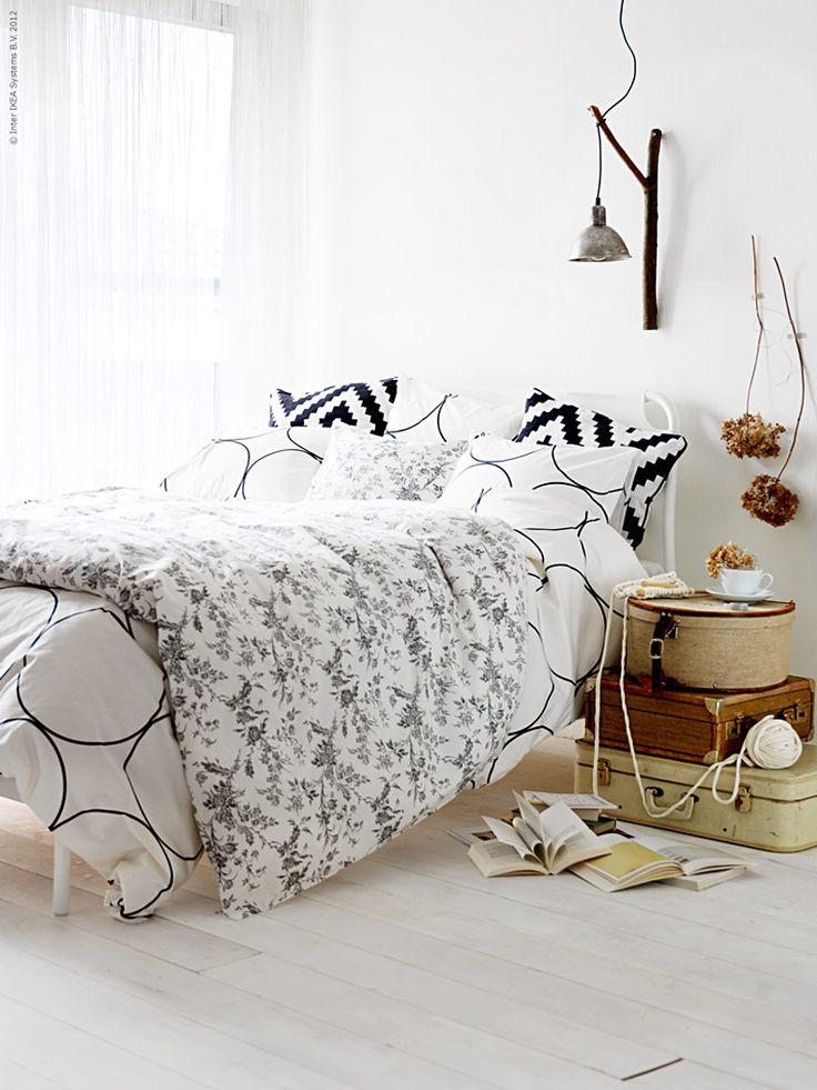 Ett sovrum som känns mjukt och omfamnande sover man gott i. Hur vi bäddar och inreder för sköna drömmar är högst personligt och åsikterna många.De flesta vill sova i ett mörkt rum - andra föredrar ljuset, kanske en mjuk säng och många kuddar.Textil fungerar ljuddämpande och ett vackert draperi längs en hel vägg ger rummet en mjuk och tyst känsla.