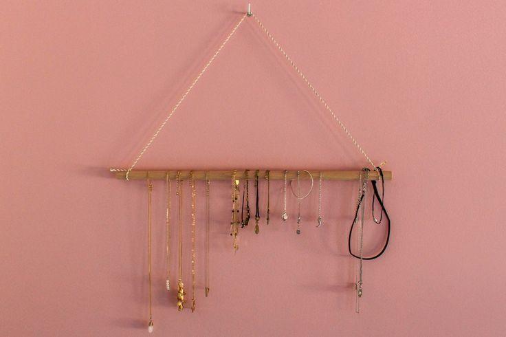Een zelfgemaakte juwelenhouder is zo gemaakt!  #juwelenhouder #juwelry #diy #pink #gold #roze #goud #interior #wood