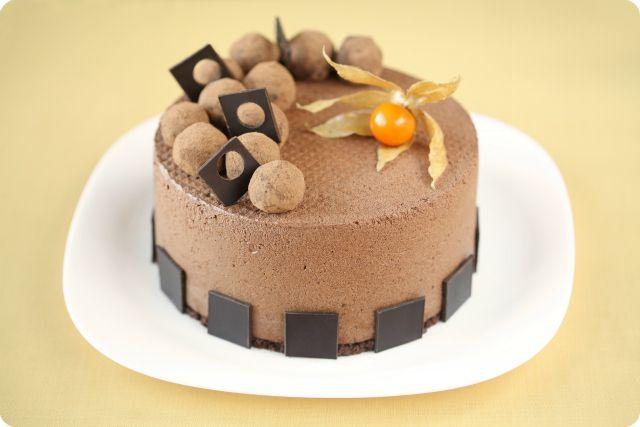 Шоколадный торт-мусс с карамельно-кофейными трюфелями / Torta mousse de chocolate com trufas de caramelo e café