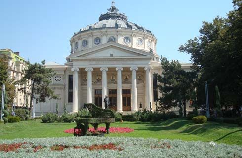 """Clădirea Ateneului Român este un pol al culturii. Ridicată între anii 1886 şi 1888, a fost şi este în continuare una dintre cele mai importante săli de spectacole din ţară. Stilul eclectic specific clădirilor monument ale Bucureştiului este prezent şi aici, dar într-o combinaţie originală cu cel neoclasic. În prezent, clădirea găzduieşte Filarmonica """"George Enescu""""."""