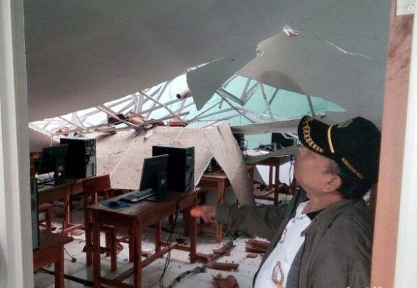 Ruang UNBK Ambruk, Siswa SMP PGRI 2 Tenjo Bogor Terkendala https://malangtoday.net/wp-content/uploads/2017/04/smp-pgri-2-Tenjo-jpg.jpg MALANGTODAY.NET – Hujan deras sepanjang malam hingga Kamis pagi di Kabupaten Bogor mengakibatkan dua atap ruang kelas yang digunakan Ujian Nasional Berbasis Komputer (UNBK) SMP PGRI 2 Tenjo Rt 02/Rw 02 Desa Batok Kecamatan Tenjo mengalami ambruk. Kepala Sekolah SMP PGRI 2 Tenjo Satibi... https://malangtoday.net/flash/nasional/ruang-unb