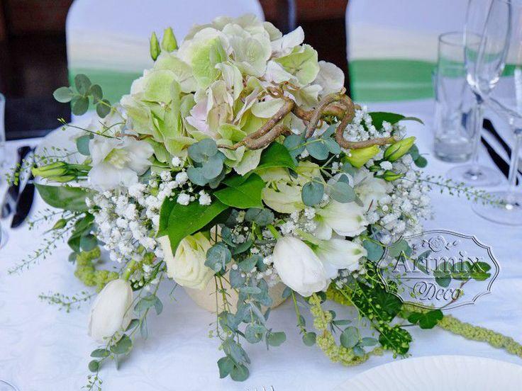 Вариант оформления свадебных цветочных композиций на стол