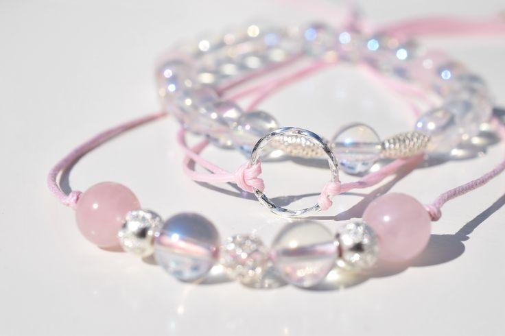 STŘÍBRNÉ PERLY- Set vyroben z drahých kamenů Andělská aura,Růženín, velikosti 8 mm doplněn sříbrnými komponenty. Set je složen z náhrdelníku a dvou náramků.