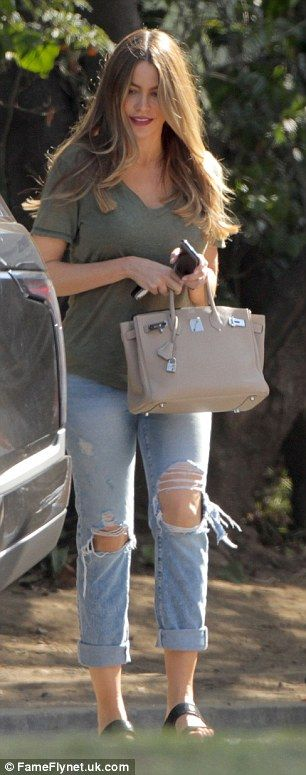 Fashionista: Once again the Colombian beauty opted for a low-key style in a khaki T-shirt ...