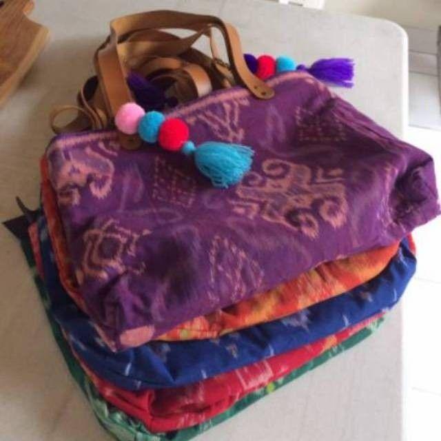 Temukan Tas tote tenun kain Klungkung bali.  Dalam tas bahan suede. Tali  kulit. resleting. dengan potongan 10%! Hanya Rp 225.000. Dapatkan segera di Shopee! http://shopee.co.id/granolacrunch/318533439 #ShopeeID