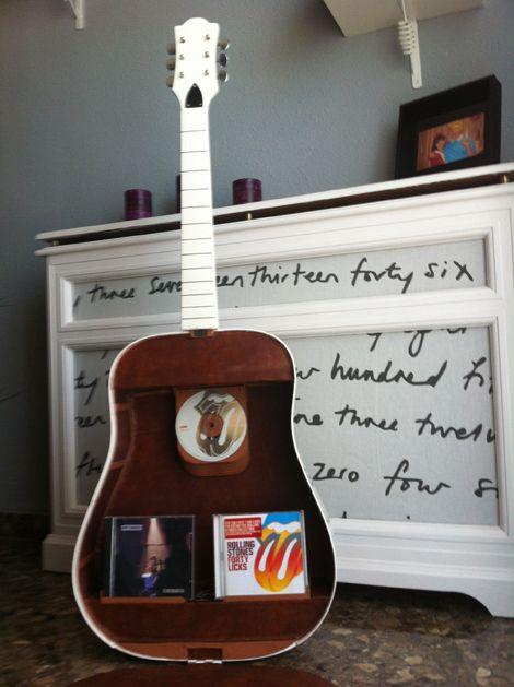 Reciclar una guitarra para convertirla en un mueble para - Mueble para cd ...