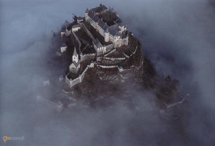 Замок Гохостервитц (Burg Hochosterwitz) – #Австрия #Каринтия (#AT_2) Burg Hochosterwitz - возвышающийся на доломитовой скале средневековый замок считается одним из красивейших в Австрии!  ↳ http://ru.esosedi.org/AT/2/1000112707/zamok_gohostervitts_burg_hochosterwitz_/