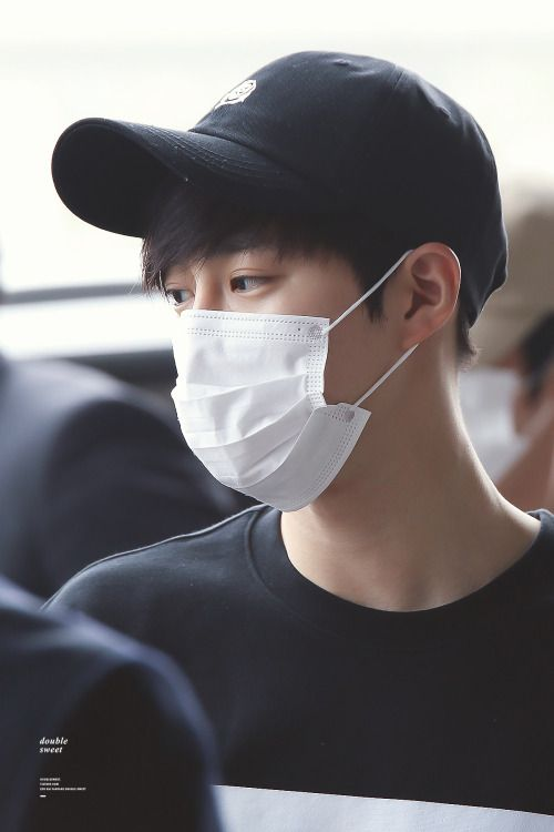 Suho - 160430 Gimpo Airport, departing for Tokyo Credit: Double Sweet. (김포공항 출국)