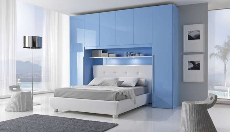 Camere da letto matrimoniali a ponte - Mobili nelle nuances del bianco e dell'azzurro