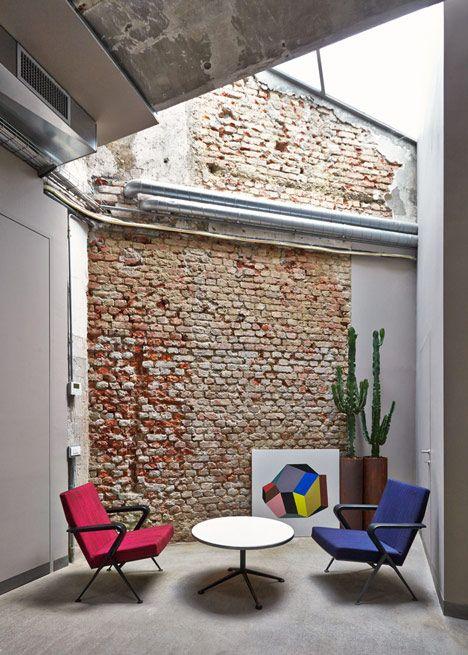 Transformación del taller abandonado de un herrero en la sede de una marca de diseño italiano, arquit. Fabio Ferrillo • MSGM headquarters in Milan