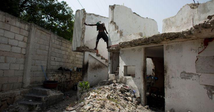 Morador do Hotel Le Palace, parcialmente destruído pelo terremoto de 2010, desce as escadas em direção ao cômodo onde vive, no centro de Porto Príncipe, no Haiti. Embora parte do hotel tenha sido destruída, quartos que ficaram com paredes intactas se tornaram o lar de desabrigados pelo terremoto. No local não há água corrente nem instalações sanitárias