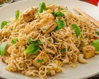 Nouilles chinoises au tofu, noix de cajou et pousses d'épinards : http://www.fourchette-et-bikini.fr/recettes/recettes-minceur/nouilles-chinoises-au-tofu-noix-de-cajou-et-pousses-depinards.html
