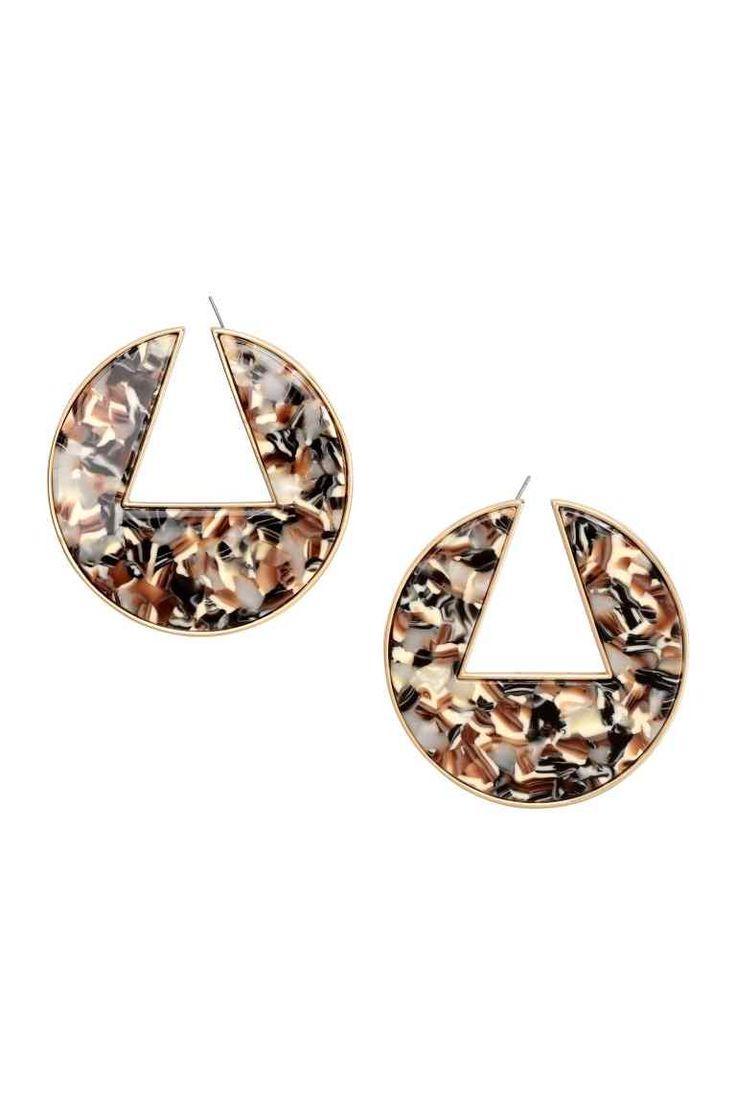 Boucles d'oreilles rondes: Boucles d'oreilles rondes en métal doré et plastique imitation écaille de tortue. Diamètre 5,5 cm.