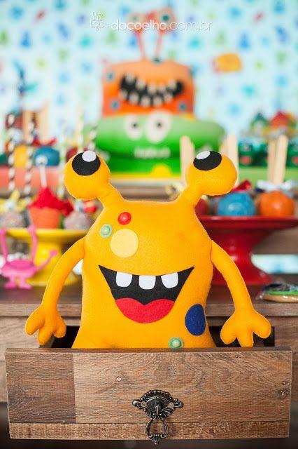 Criatura de feltro saindo da gaveta da mesa na festa Monstrinhos!
