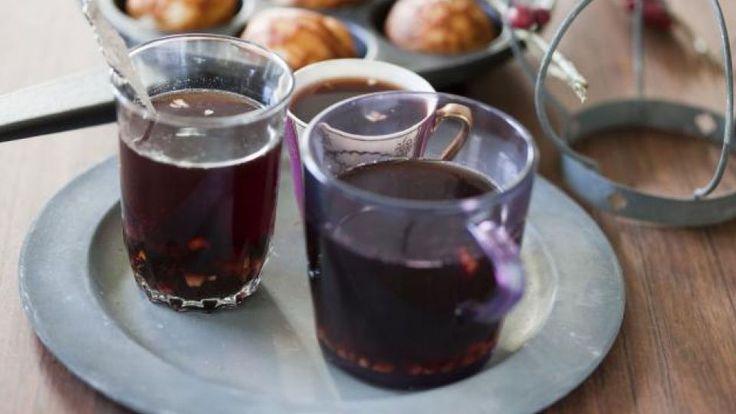 Opskriften på hjemmelavet gløgg-ekstrakt: Det helesimrer i ca. 1 time under låg. Denne ekstrakt kan laves 1-3 dage i forvejen. Hvis den laves i forvejen, sættes den på køl med krydderierne i. Derefter sigtes det, og der tilsættes 250 g brun farin. Tilsæt 3 flasker rødvin gerne Cotes-du-Rhône, evt. 6 dl ruby portvin og mandler og rosin