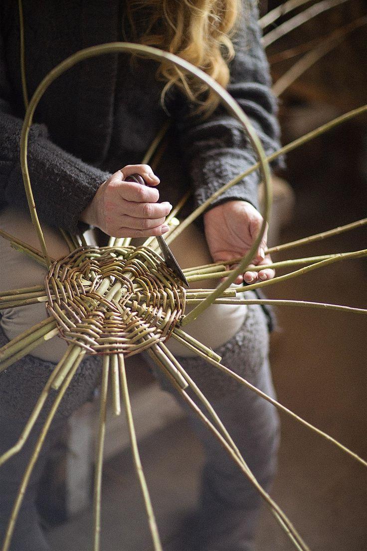 Košíkář Jan Smrt vede kurzy pletení z vrbového proutí.
