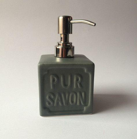 Dispenser per sapone liquido in ceramica grigia.