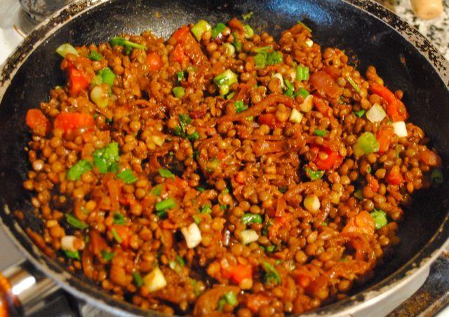 Невыразимая легкость кулинарного бытия...: Чечевица с луком и помидорами