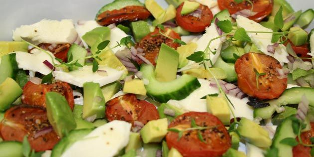 Avocadosalat med mozzarella, agurk og tomat