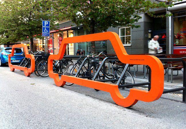 Todos nós sabemos que bicicletas poluem menos e que são meios de transporte mais saudáveis e práticos. Mas você sabe quantas bikes cabem no espaço de um carro? Os designers da agência inglesa Cyclehooppensaram em uma forma pra lá de criativa de mostrar isso: um paraciclo em formato de carro que pode ser instalado em uma vaga de automóvel. O paraciclo suporta até 10 bicicletas, deixando claro que no espaço de um automóvel, cabem todas essas bikes. Mas não é só o conceito que é incrível: as…
