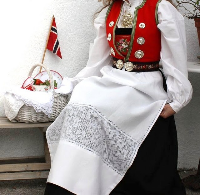Nordhordlandsbunad - The red bodice/white apron variation was used as the party dresses, and a black bodice/black apron variation was worn for everyday use. Drill pins could be worn in either silver or gold.