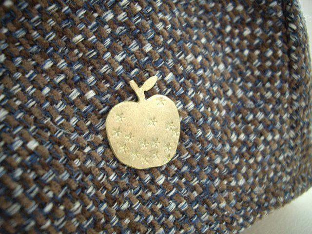 金のリンゴのピンブローチ 真鍮 - Yoko's Jewelry