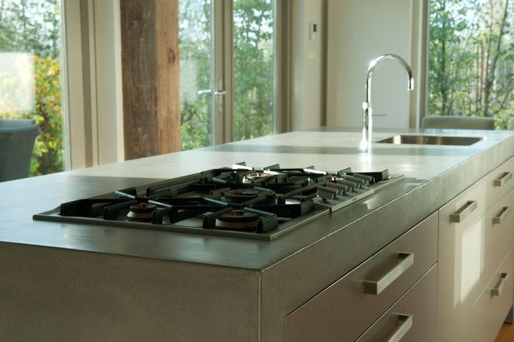 Keukenmeubel VERBAU-betonstuc kleur #02 ijzererts. In samenwerking met en in opdracht van Culimaat, high end kitchens. #betonstuc #keukenmeubel #aanrechtblad #betoncire #betonlook www.verbau.nl