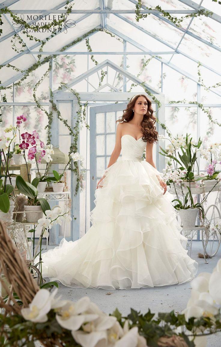 Piękna suknia ślubna Mori Lee asymetrycznie drapowana z falbanami. Romantyczna, lekka i dziewczęca balowa suknia ślubna. Dekolt w kształcie serca …