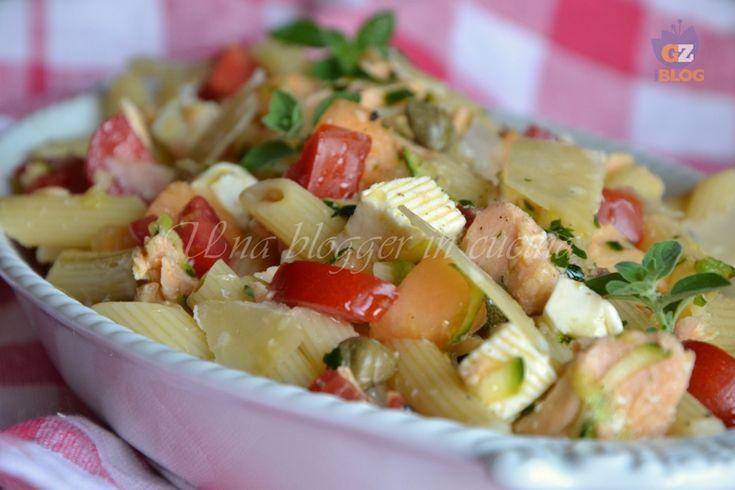 Pasta fredda saporita, una ricetta leggera e fresca adatta all'estate, con verdure, tomino fresco, salmone al naturale e una nota dolce data dal melone.