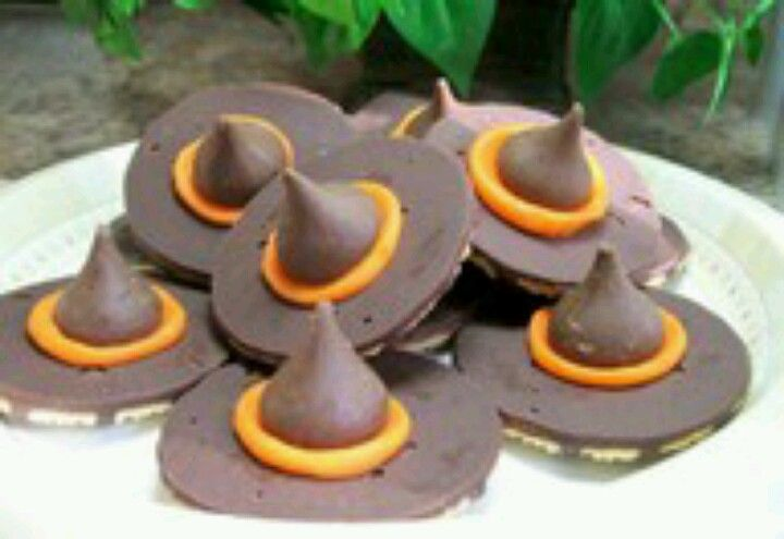RECIPE Halloween food: cookie witch hats. Ingredients 32 Hershey's® Kisses® brand milk chocolates, unwrapped 1 package (11 1/2 ounces) fudge-striped shortbread cookies (32) 1 tube (4.25 ounces) orange or red decorating icing 1 Attach 1 chocolate candy to chocolate bottom of each cookie, using decorating icing. 2 Pipe decorating icing around base of milk chocolate candy.