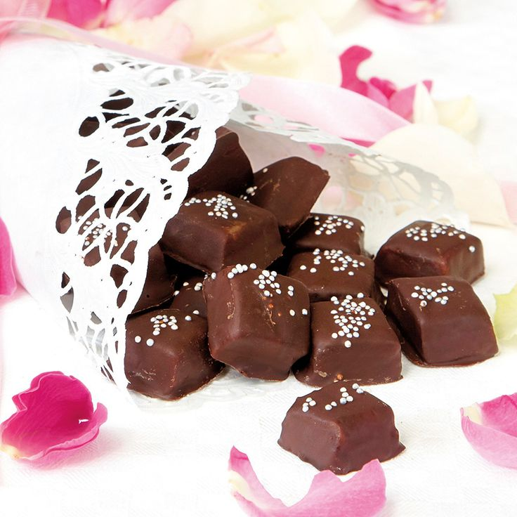 Mumsig vaniljkola doppad i choklad. Struten gör du lätt av ett fint tårtpapper.
