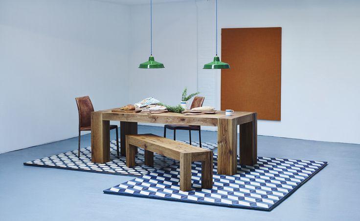 Drewniane meble, drewno grubo ciosane, ławka z drewna, drewniany stół. Zobacz więcej na: https://www.homify.pl/katalogi-inspiracji/15245/trendy-drewno-w-roli-glownej