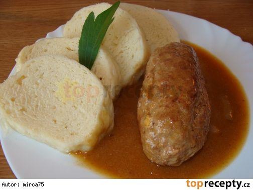 """Španělské ptáčky z mletého masa Suroviny: 1/2 kg mletého masa  slanina, 2 vařená vajíčka, 2 kys. okurky,2 párky, 2 cibule,plnotučná hořčice,sůl, pepř Ml maso osolit, opepřit a přidat vody. Z masa 4 placky a pokračuji. Potřít hořčicí, posypat cibulkou.Položit špalíček špeku, nebo slaniny,kousek párku, čtvrtku vajíčka, kyselou okurku.Placku stočit a umačkat. Na oleji zpěnit cibuli, vložit ptáčky Obrátíme, aby se maso """"zatáhlo"""". Podlijeme a dusíme. Zahustit vodou, s pl hladké mouky a pl hořčice"""
