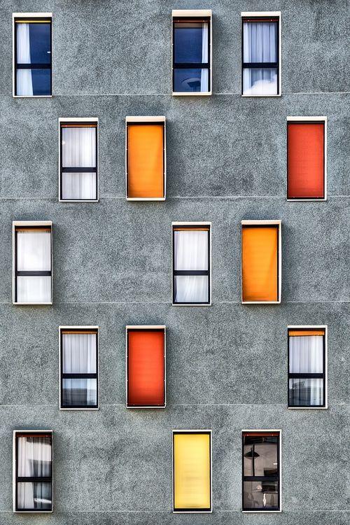 Wir lieben die Farben in Kontrast zu dem Grau. #KOLORAT #Haus #Fassade