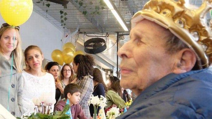 Een traan biggelt over de wang van Ernest Weiner. Hij is blind, aan een rolstoel gekluisterd en net als bijna de helft van de 180.000 Holocaust-overlevenden in Israël voelt hij zich eenzaam. Maar deze traan is van blijdschap: tientallen mensen, de meeste volstrekt onbekenden, zijn speciaal gekomen om zijn 92e verjaardag luister bij te zetten.