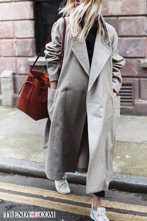 Серое пальто оверсайз в сочетании с белыми кроссовками