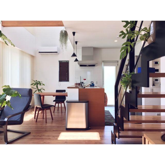 gulukunさんの、Lounge,観葉植物,IKEA,吹き抜け,シンプル,simplehuman,漆喰壁,モンステラ,エアプランツ,ウンベラータ,日差し,バーチカルブラインド,ドラセナ,化粧梁,アイアン手すり,シンプルインテリア,グリーンのある暮らし,Bluetoothスピーカー,オープン階段,レグナテック,ウスオネオイデス,ベストショットについての部屋写真