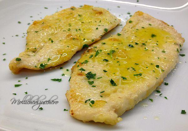 Avete del pollo ed i minuti contati? Provate questa ricetta delle scaloppine al vino bianco, in una manciata di minuti avrete un secondo piatto da re