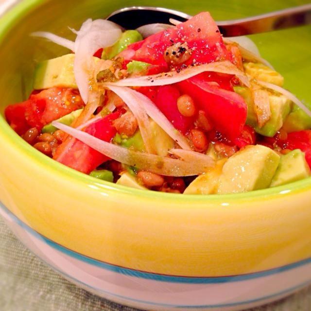 土曜日の夜食に、おかなさんのヘルシーなレシピに挑戦しました 予想以上に美味しかったし、野菜不足の体が喜んでるのを感じました - 44件のもぐもぐ - おかなさんの料理 簡単♡美肌♪アボトマ納豆丼 by yukis69
