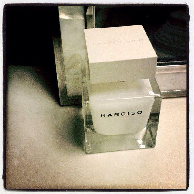 La nuit en Narciso. Bouquet gardénia et muscs... #parfum du soir #NarcisoRodriguez #scent of the night