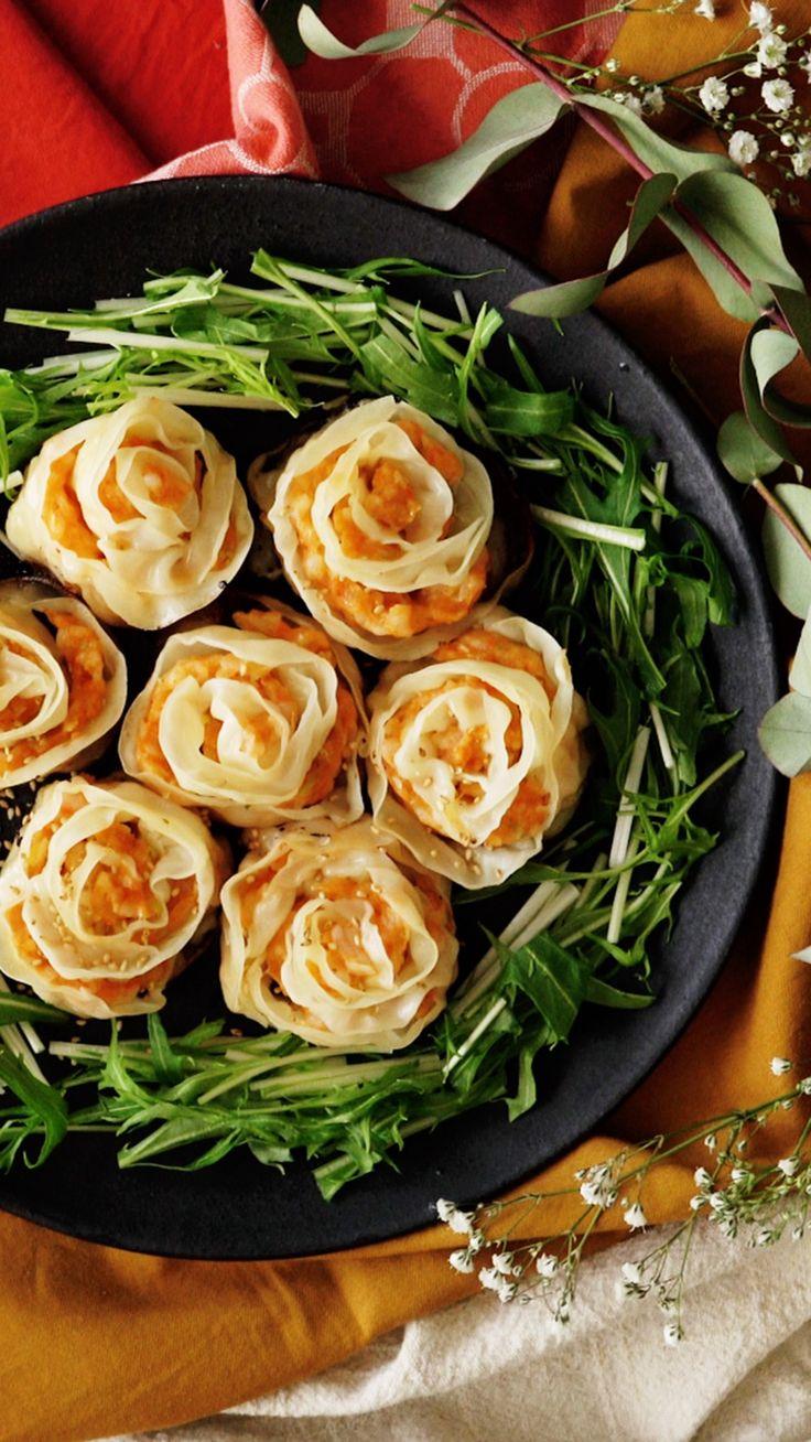ビデオ指示付きレシピ: 餃子なのにエビチリ風!?見た目もかわいく、パーティにもおすすめな一品♪ 材料: 海老 200g, 鶏ひき肉 60g, 長ねぎ 20g, 片栗粉 小さじ1, ケチャップ 大さじ1, ニンニク(すりおろし) 少々, 生姜(すりおろし)少々, 鶏ガラスープ(顆粒)小さじ1/2 , 塩 適量, 餃子の皮 24枚, 水菜 適量, 白ごま 適量, スイートチリソース 適量