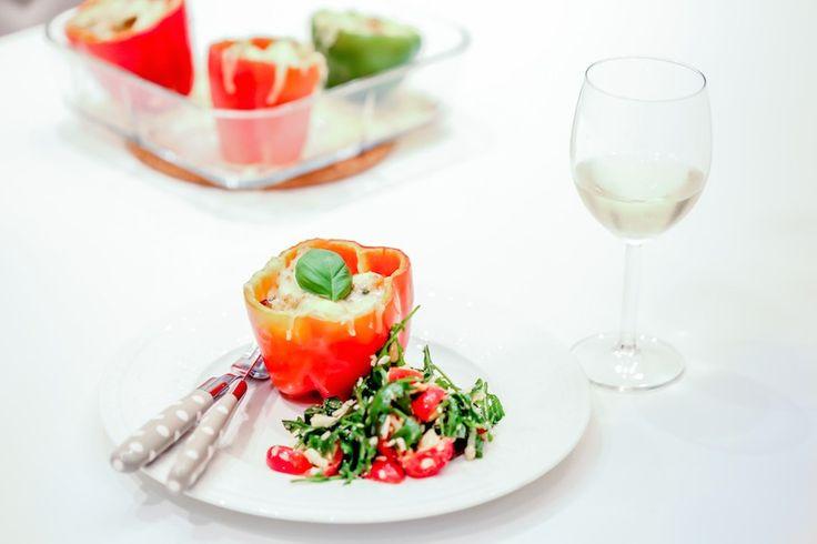 Fylt paprika er en av mine favorittretter, så enkelt og kjapt å lage, men likevel så fantastisk godt! Sammen med kanskje den beste salaten jeg vet om akkurat nå, har du et perfekt måltid på 1-2-3. _____________________________________________________________________________________________________________ til 2 personer ♥ 4 paprika♥ 1/2 pakke fetaost – ♥ 400 gram kyllingkjøttdeig♥ revet ost ♥1 rødløk♥  [read more...]