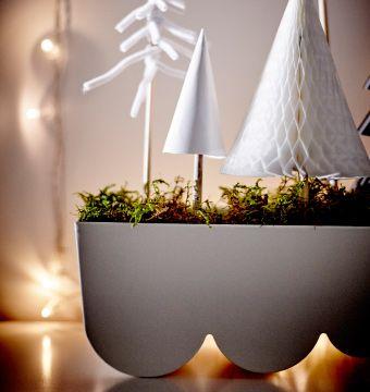 Kvetináč IKEA ÄGGPLANTA s machom a papierovými vianočnými stromčekmi tvorí peknú sviatočnú dekoráciu.