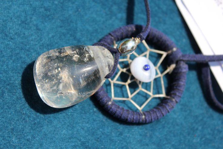Bergkristall im dunkelblauen Buchzeichen- Lesezeichen; Bergkristall und kleiner Traumfänger