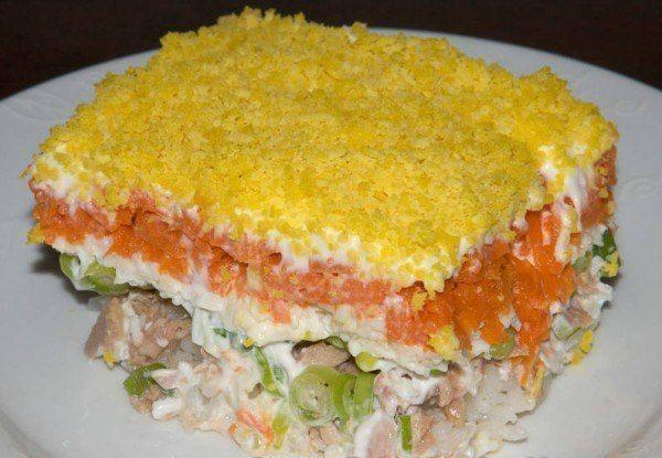 Рецепт салата «Мимоза».  Ингредиенты:  250-300г. рыбной консервы (в оригинальном рецепте приготовления салата Мимоза часто используют сардины в масле или тунец), 5 яиц, До ½ стакана риса, 3-4 моркови средних размеров, Пучок зеленого лука, Майонез, приблизительно 2 стакана, Перец черный молотый, соль.  Рецепт приготовления салата «Мимоза»:  Для начала нужно подготовить ингредиенты. Яйца нужно сварить (важно, чтобы яйца сварились вкрутую, но при этом переваривать тоже нельзя, чтобы получить…