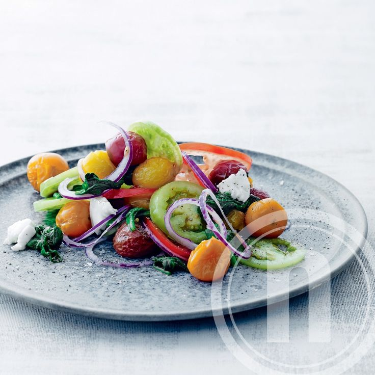 Tomatsalat med spæde spinatblade